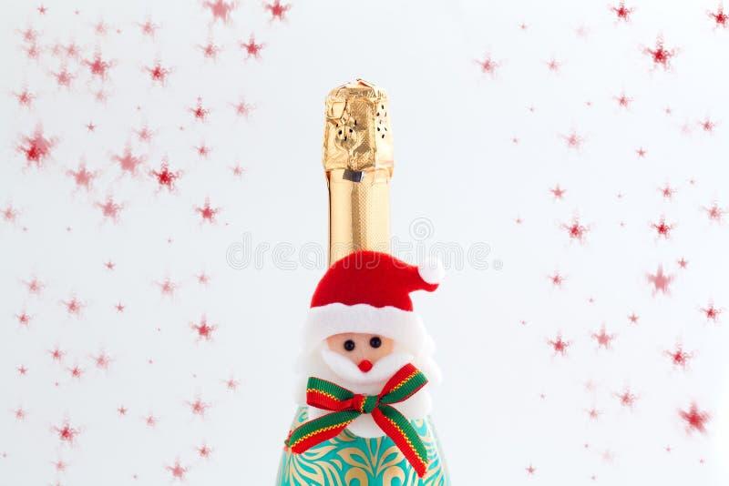 Celebração, champanhe e estrelas do ano novo no fundo branco fotografia de stock
