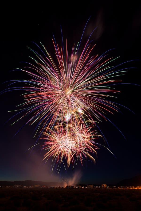 Celebração colorida dos fogos-de-artifício do 4 de julho no crepúsculo imagens de stock
