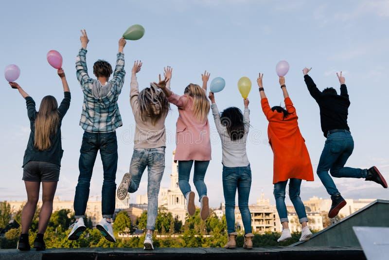 Celebração da festa de anos Empresa dos estudantes imagem de stock royalty free