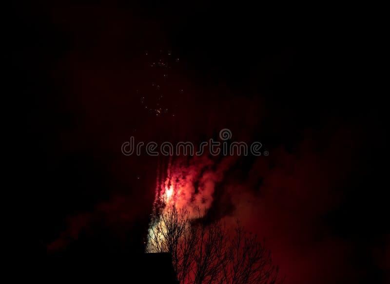 Celebração da noite - fogos de artifício e fumo no fundo da noite, céu enevoado imagens de stock
