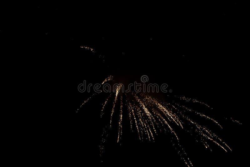 Celebração da noite - fogos de artifício e fumo no fundo da noite, céu enevoado imagem de stock
