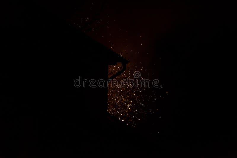 Celebração da noite - fogos de artifício e fumo no fundo da noite, céu enevoado imagem de stock royalty free
