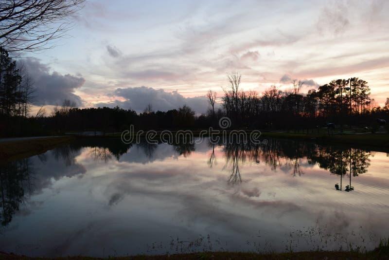A Celebração Da Noite Reflete Na Água Do Lago fotografia de stock royalty free