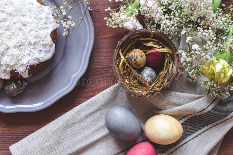 Celebração da Páscoa - o bolo de easter e easter coloriram ovos fotografia de stock royalty free