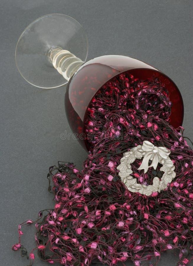 Celebração de derramamento do Natal do cálice do vinho vermelho imagens de stock royalty free