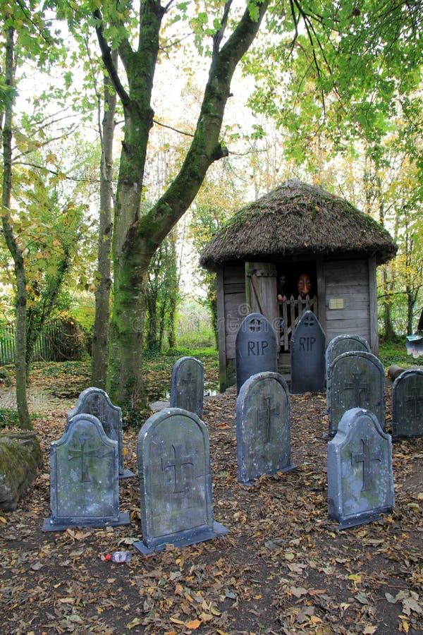 Celebração de Dia das Bruxas com lápides e os espíritos necrófagos celtas, castelo de Bunratty, condado Clare, Irlanda, em outubr fotos de stock