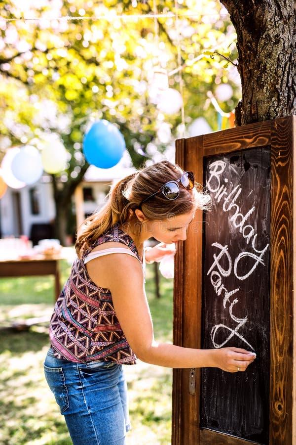 Celebração de família ou um partido de jardim fora no quintal fotos de stock royalty free