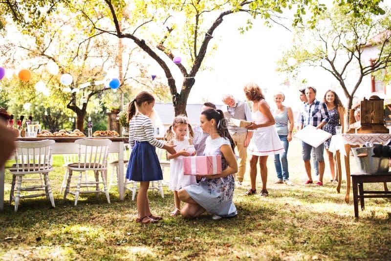 Celebração de família ou um partido de jardim fora no quintal fotografia de stock royalty free