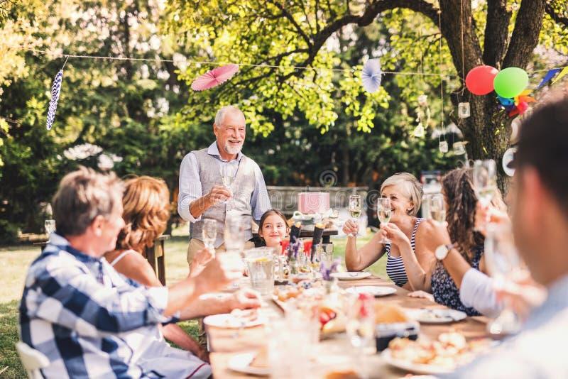 Celebração de família ou um partido de jardim fora no quintal imagem de stock royalty free