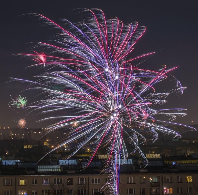 Celebração de fogos-de-artifício do ` s do ano novo na cidade imagens de stock