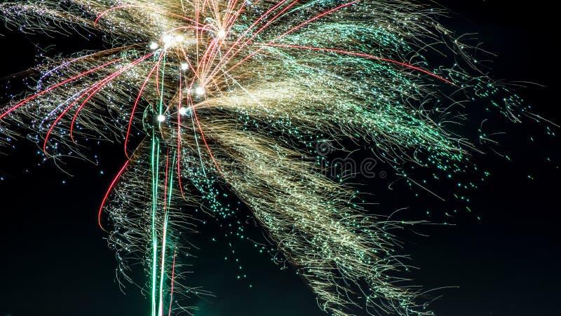 Celebração de fogos-de-artifício do ` s do ano novo na cidade foto de stock royalty free