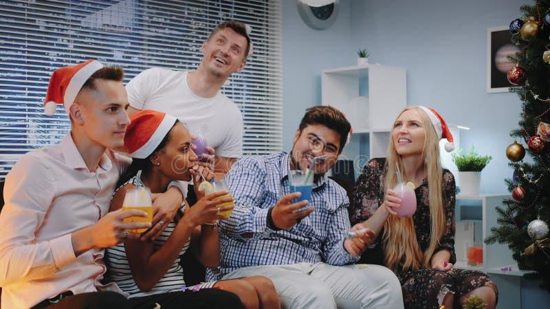 Celebração de Natal de companhia alegre em confetti soprando imagens de stock