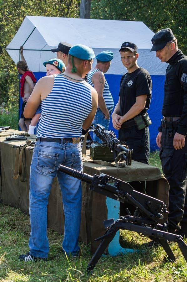 A celebração de um feriado militar do russo - o dia de forças transportadas por via aérea o 2 de agosto de 2016 no registro de Kr fotografia de stock royalty free