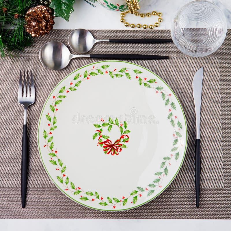 Celebração do ajuste do Natal e da tabela do feriado do ano novo Ajuste de lugar para decorações do jantar Copie o espaço Vista s fotos de stock