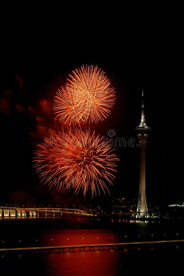 Celebração do ano novo com fogos-de-artifício fotografia de stock royalty free