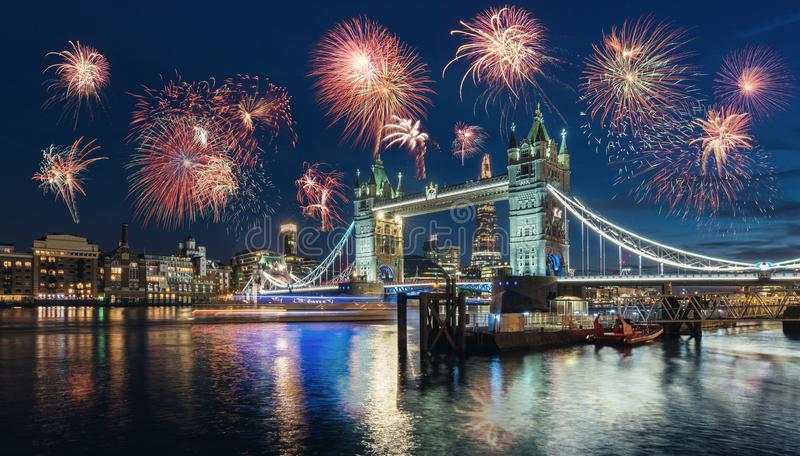 Celebração do ano novo em Londres na ponte da torre com f imagens de stock