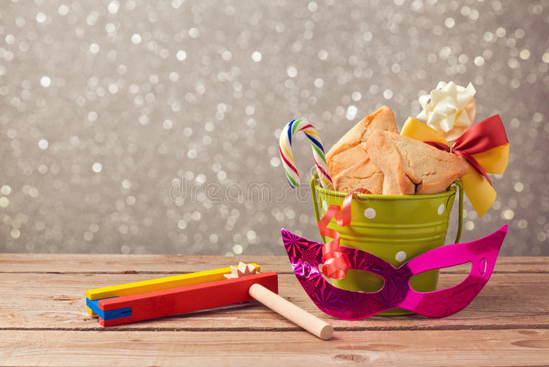 A celebração do carnaval de Purim com hamantaschen cookies e grogger imagens de stock royalty free