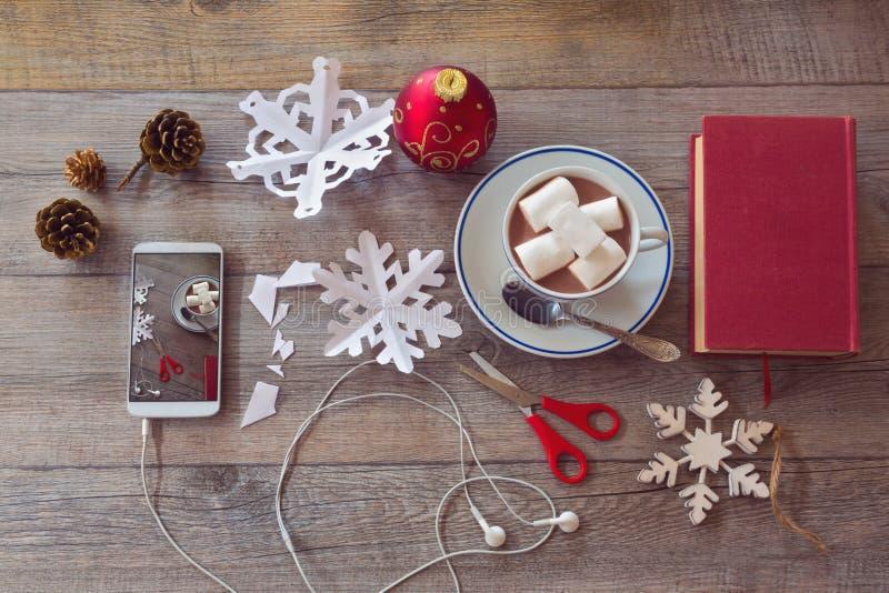 Celebração do feriado do Natal Preparando os flocos de neve de papel Vista de acima imagens de stock
