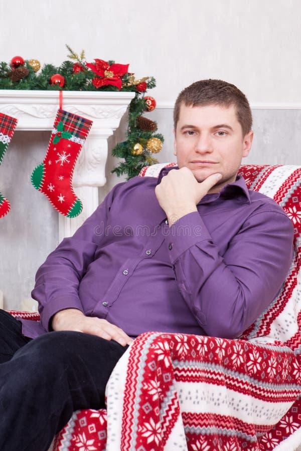 Celebração do Natal ou do ano novo Equipe abater comprimido e só durante o tempo do Natal Uma chaminé com meia do Natal imagens de stock