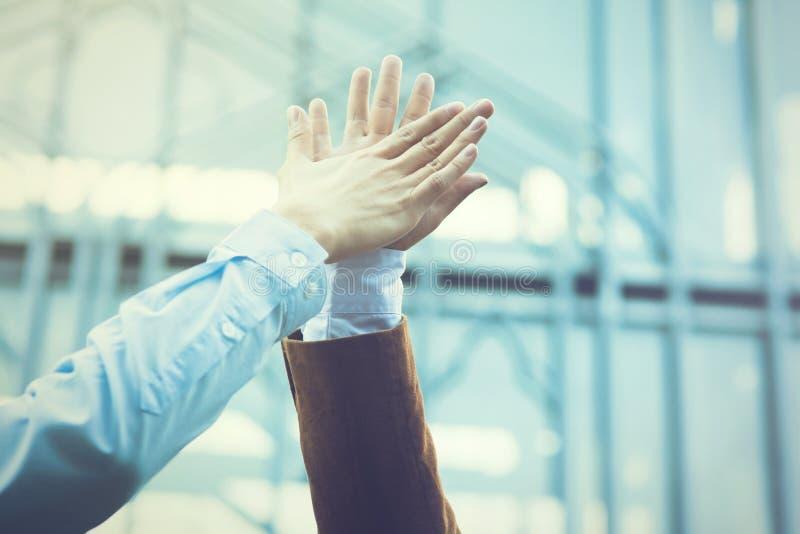 Celebração do negócio para bons trabalhos de equipa com um alto-cinco (vintage foto de stock