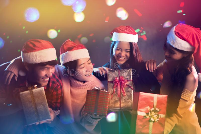 Celebração do partido do Natal e do ano novo por adolescente asiático Feriado e conceito da felicidade Relaxe o tema foto de stock