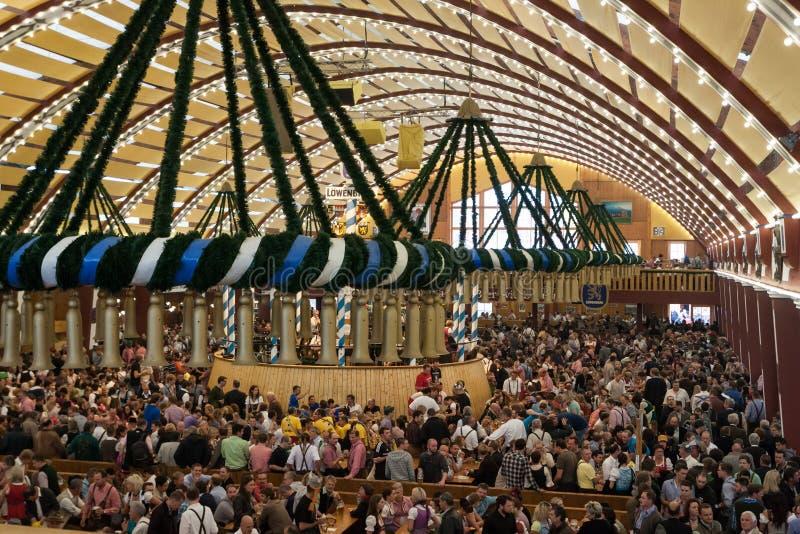 Celebração no Oktoberfest dentro de uma barraca bávara imagens de stock