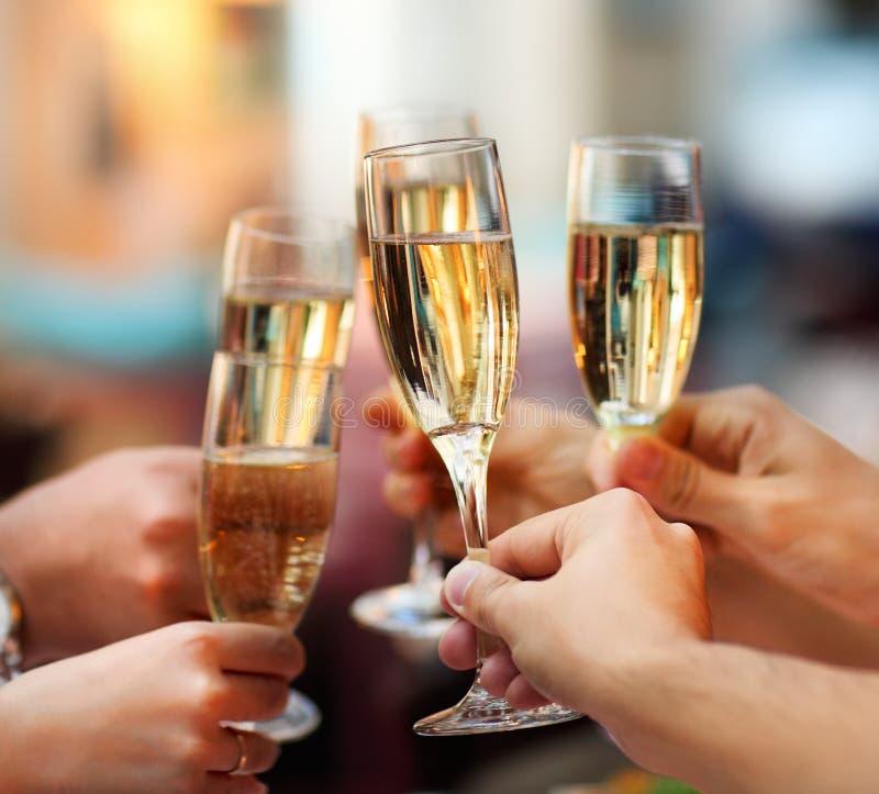 Celebração. Povos que guardaram vidros do champanhe foto de stock royalty free