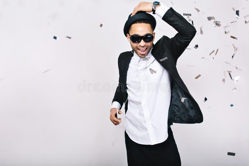 Celebração, tempo do partido, fins de semana felizes do indivíduo considerável entusiasmado no terno, chapéu, óculos de sol preto fotos de stock royalty free