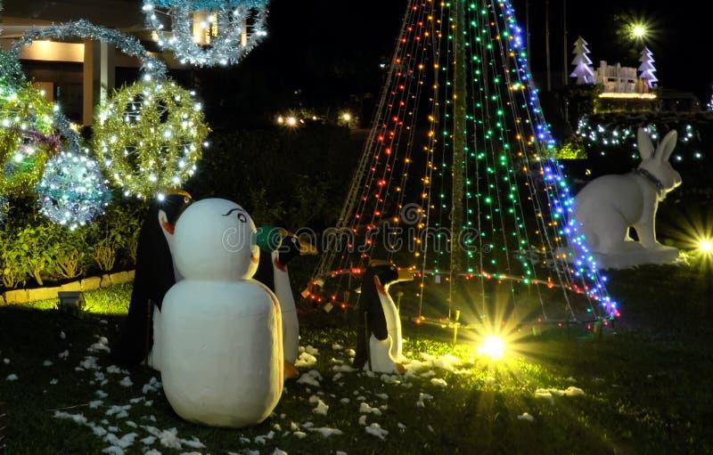 Celebra??es do Natal nos pa?ses com climas mornos Decora??es do Natal em um gramado verde Iluminando luzes fotografia de stock
