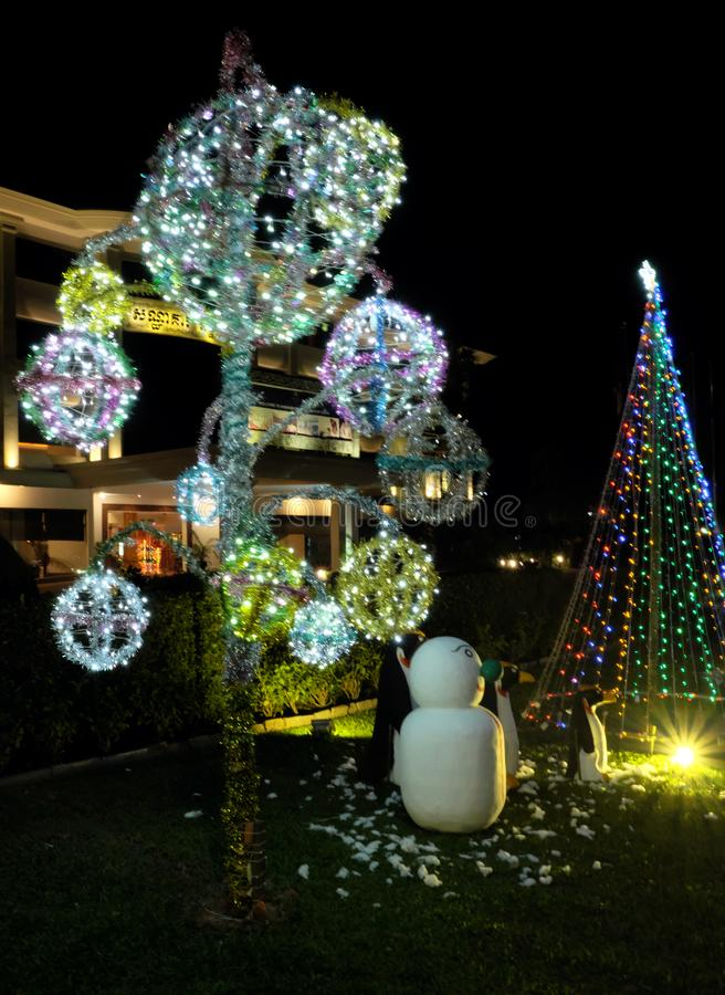 Celebra??es do Natal nos pa?ses com climas mornos Decora??es do Natal em um verde fotos de stock