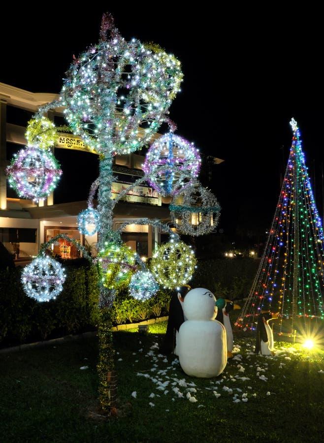 Celebra??es do Natal nos pa?ses com climas mornos Decora??es do Natal em um verde imagem de stock royalty free
