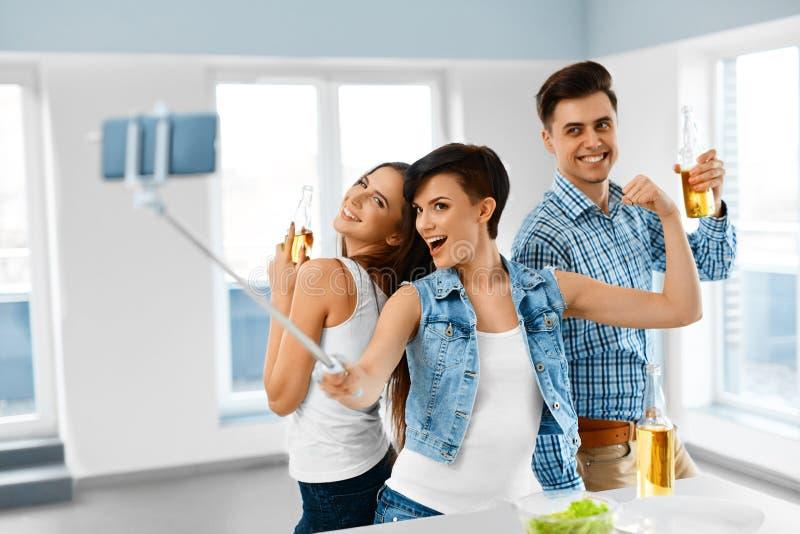 celebración Amigos que se divierten, tomando Selfie, celebrando fri imagen de archivo