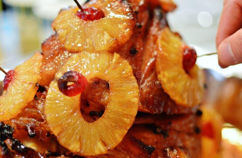 Celebración asada cocida de Ham Pineapple Cherries Holiday Food imagen de archivo libre de regalías