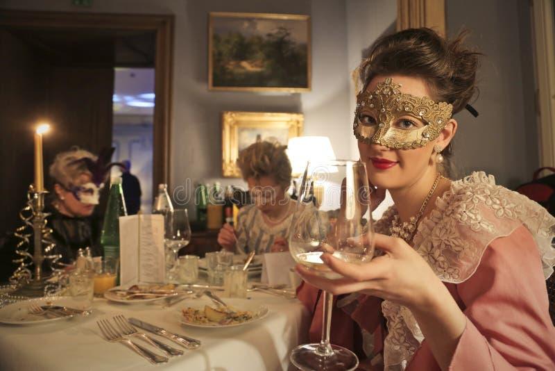 Celebración atractiva de máscaras y de trajes fotos de archivo