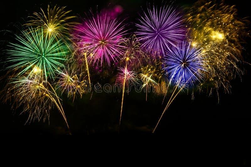 Celebración colorida de los fuegos artificiales en el cielo de medianoche imagenes de archivo