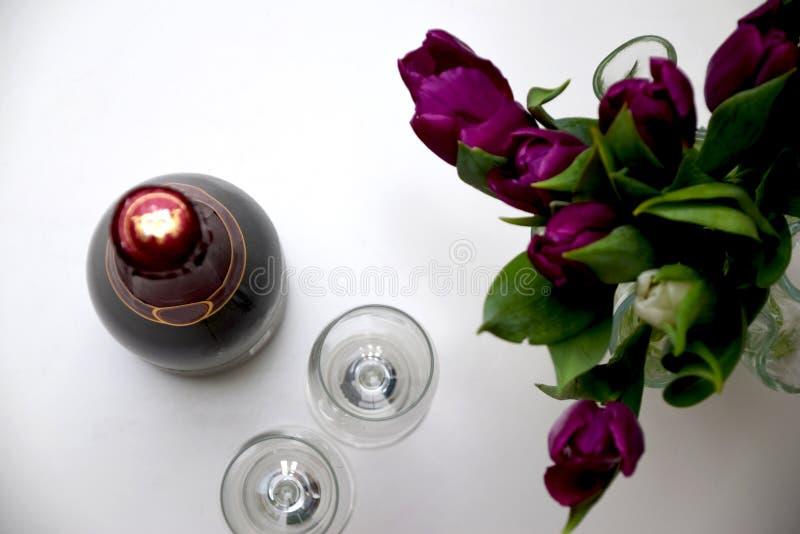 Celebración con los tulipanes y el champán fotos de archivo