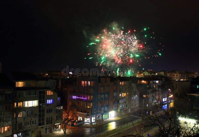 Celebración de Año Nuevo 2020 fuegos artificiales distrito residencial Varna Bulgaria foto de archivo