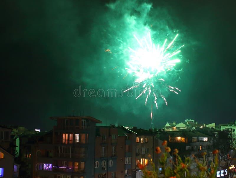 Celebración de Año Nuevo 2020 fuegos artificiales distrito residencial Varna Bulgaria fotos de archivo libres de regalías