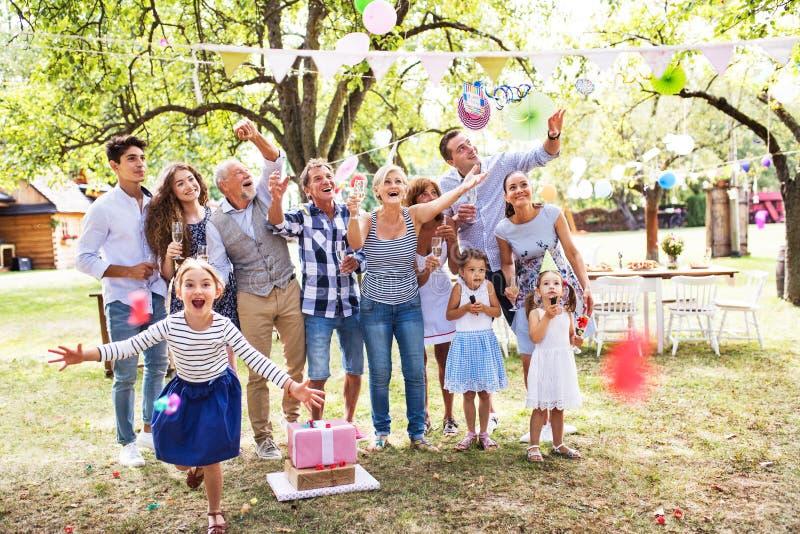 Celebración de familia o una fiesta de jardín afuera en el patio trasero fotografía de archivo libre de regalías