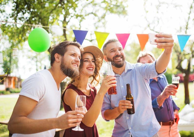 Celebración de familia o una fiesta de jardín afuera en el patio trasero fotos de archivo
