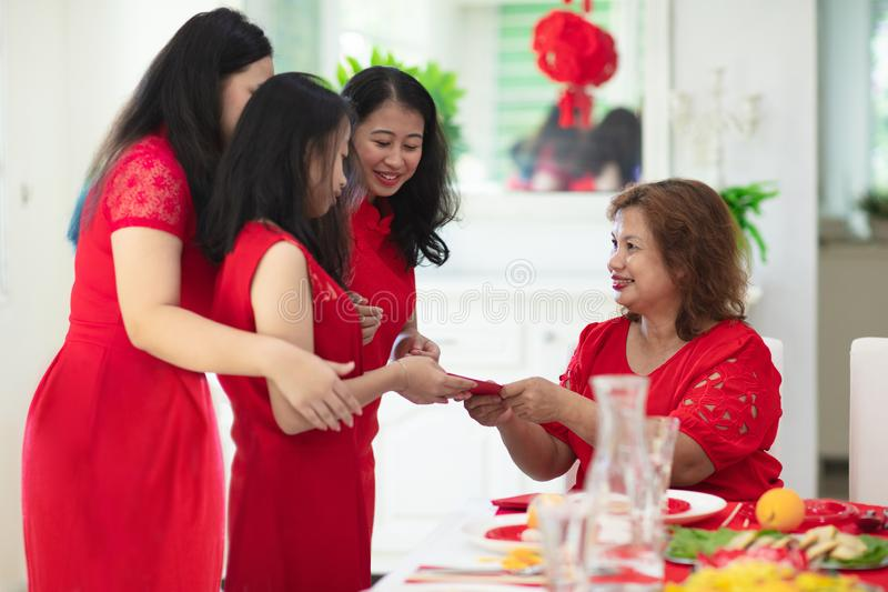 Celebración de la familia del Año Nuevo chino foto de archivo