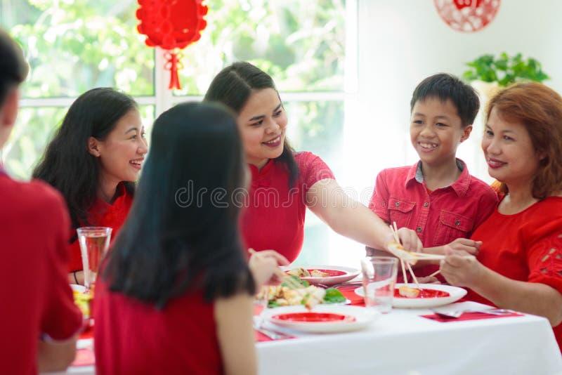 Celebración de la familia del Año Nuevo chino fotos de archivo