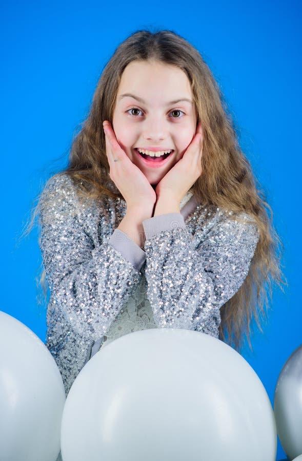 Celebración de la felicidad Niña feliz Sonrisa feliz del pequeño niño adorable con los globos del cumpleaños Niño lindo con foto de archivo libre de regalías