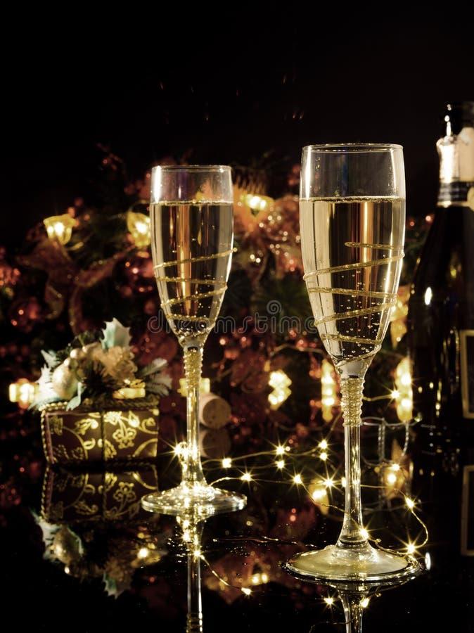 Celebración de la Navidad y del Año Nuevo con champán Holi del Año Nuevo fotografía de archivo libre de regalías