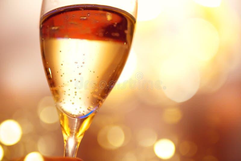 Celebración de la Navidad y del Año Nuevo con champán Vidrio de champán imagenes de archivo