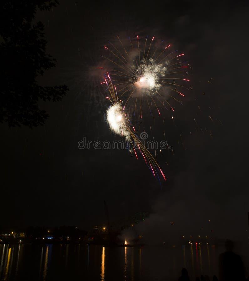 Celebración de los fuegos artificiales sobre el río Ohio fotografía de archivo