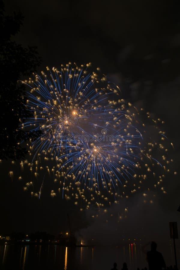 Celebración de los fuegos artificiales sobre el río Ohio imagenes de archivo