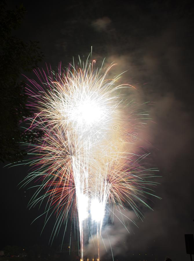 Celebración de los fuegos artificiales sobre el río Ohio imagen de archivo