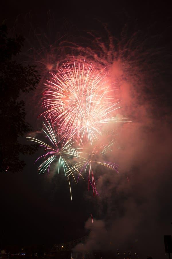 Celebración de los fuegos artificiales sobre el río Ohio fotos de archivo libres de regalías