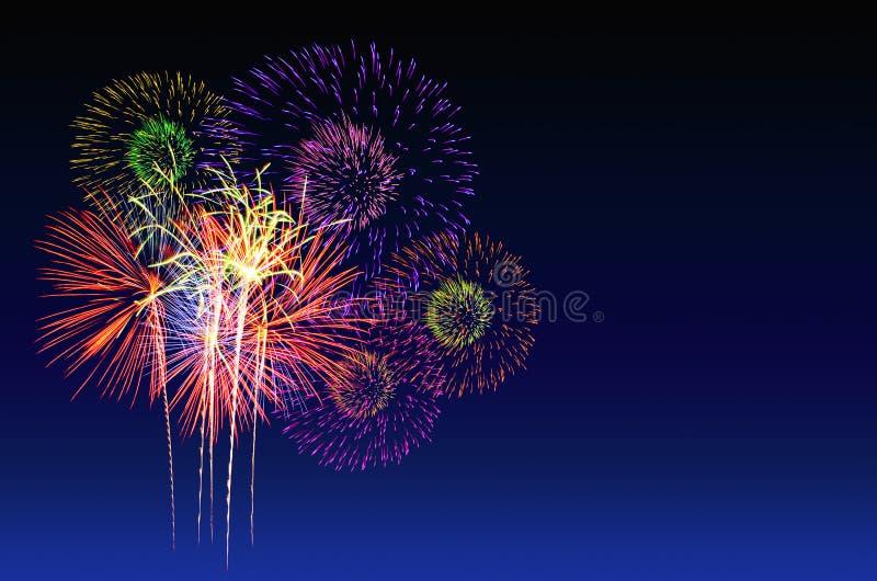 Celebración de los fuegos artificiales y el fondo crepuscular del cielo imagen de archivo